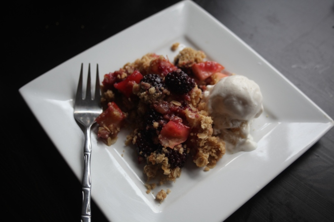 blackberry and apple toffee crumble | Stile.Foto.Cibo